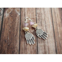 Boucles d'oreille *Une main bienveillante* argentée et perles douces
