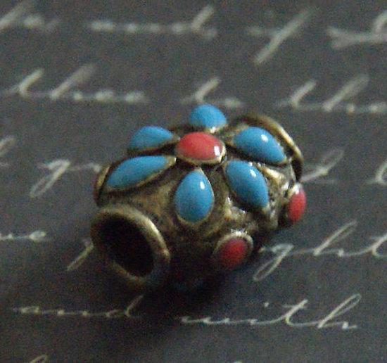 Perle tibétaine en métal bronze et émail bleu/rouge 14x17mm