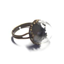 Support de bague dentelle en métal couleur bronze et son dôme en verre