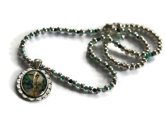 Collier religieux court en perles argentées, perles de cristal et pendentif cabochon ovale