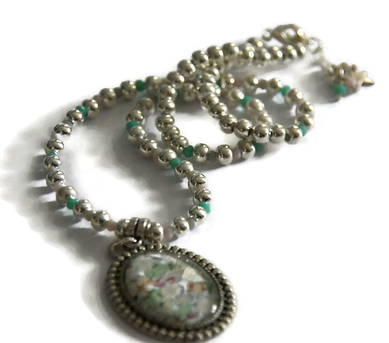 Collier court Cabochon fleuri avec perles en métal argenté et cristal de Bohème