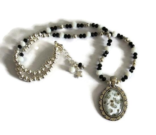 Collier court au cabochon fleuri, perles argentées et en cristal de Bohème
