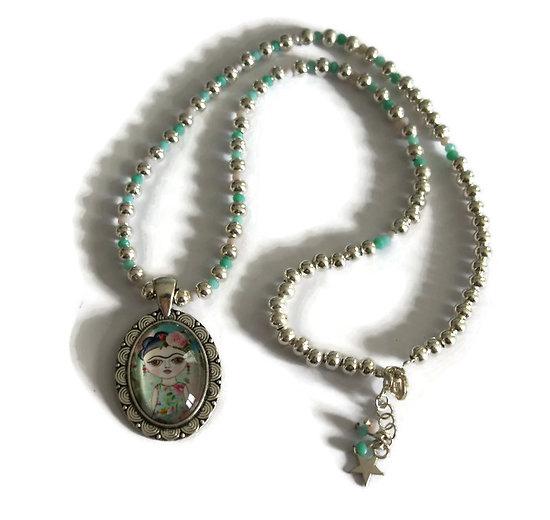 Collier court au portrait Frida, perles argentées et perles en cristal de Bohème