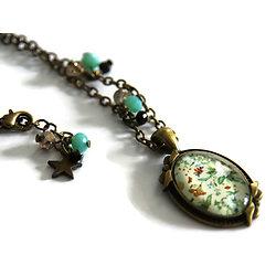 Collier court en métal couleur bronze et son cabochon ovale aux fleurs vintage bleues