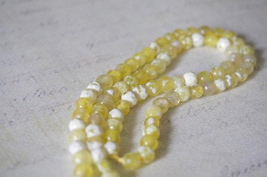 10 petites perles à facettes en agate et onyx blanc/jaune 4mm