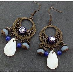 Boucles d'oreille *Bleu profond* en métal bronze, verre et nacre