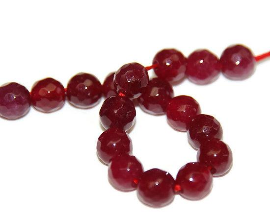 8 perles rondes à facettes en jade teintée rouge / fuchsia 6mm