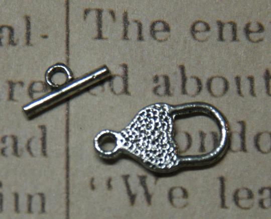 2 fermoirs toggle fraise / coeur en métal argenté 16x9x12mm