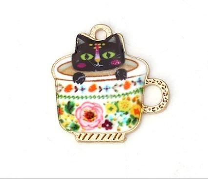Breloque chat dans une tasse en métal doré et émail 23mm