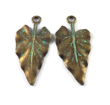 2 breloques grande breloque feuille en métal couleur bronze et finition vert-de-gris 30x14mm