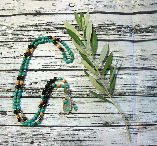 Collier mala en turquoise, grenat, cyprès, pyrite et agate