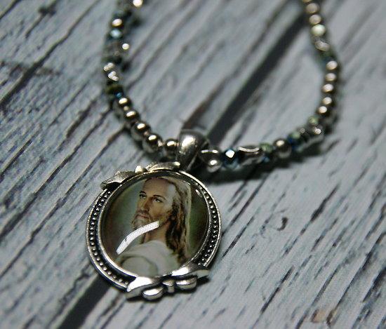 Collier mi-long à la médaille religieuse portrait de Jésus