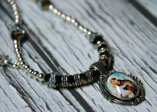 Collier mi-long à la médaille religieuse portrait de l'Enfant et du Saint