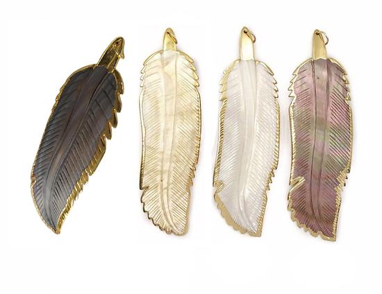 Grand pendentif plume en nacre et serti plaqué or 14K