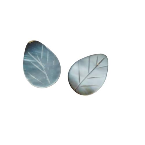 2 perles feuille en nacre grise gravée 15x20mm
