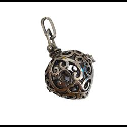 Cage à bola goutte dodue et finement décorée en métal argenté vieilli 45x25mm