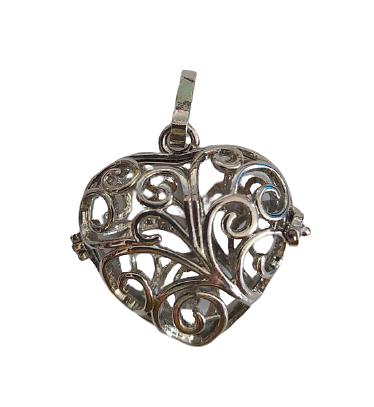 Cage à bola coeur et finement décorée en métal argenté 40x32mm