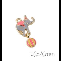 Breloque mobile éléphant acrobate émaillé gris et rose en métal doré 26x16mm
