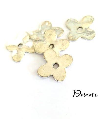 4 perles fleur plate en métal argenté 19mm