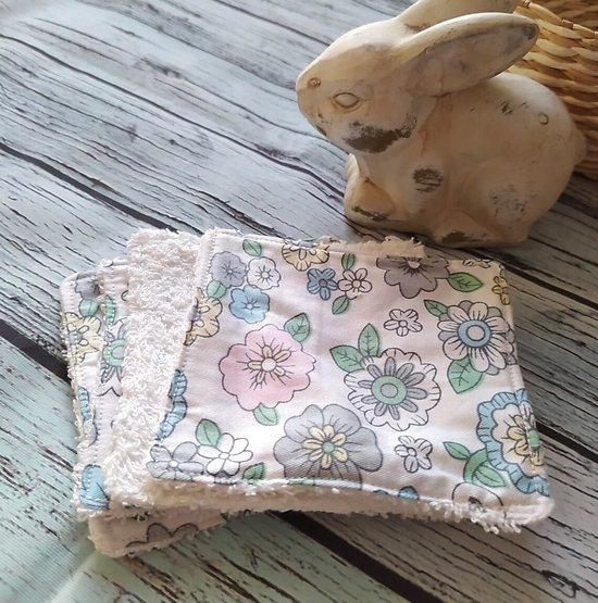 Carré lingette pour la toilette ou le démaquillage en coton et éponge - motif fleurs en gris/lavande/blanc/vert