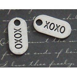 2 breloques étiquettes XOXO en métal argenté 13x26mm
