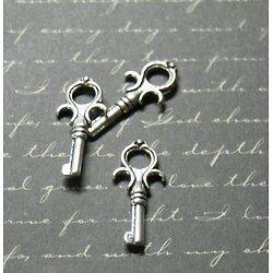 3 breloques clé en métal argenté 25x11mm