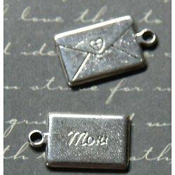 2 breloques lettre à Maman en métal argenté 22x12mm