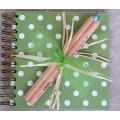 Carnet à spirale pois et 2 crayons bois