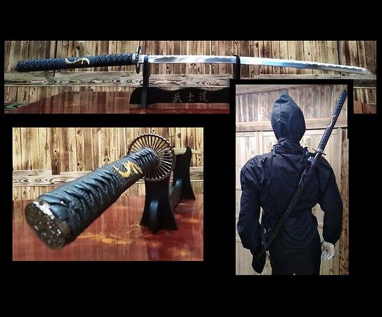 Katana noir avec lannière