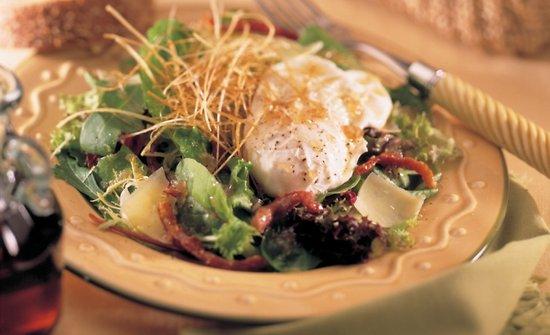 Salade à l'oeuf poché au sirop d'érable sur lit de poireaux