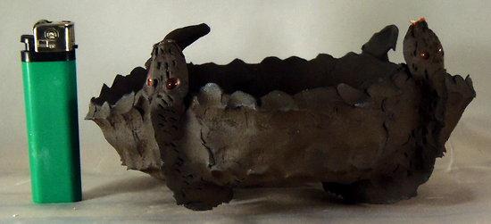Pot à bonsaï de forme originale, presque carré avec bords arrondis, en grés noir, deux serpents forment les pieds