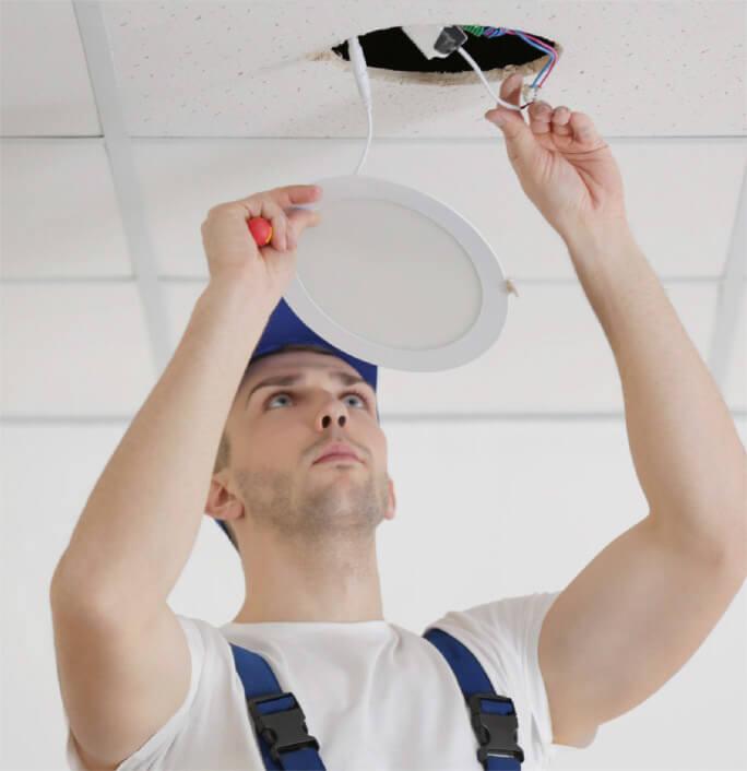Installation luminaire dans une dalle de faux plafond suspendu